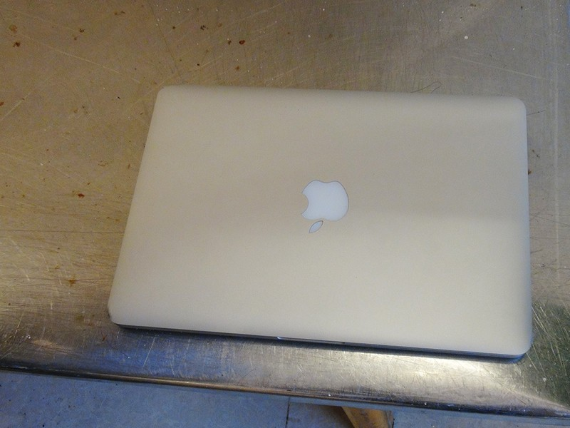 Bảo vệ vào phòng trọ trộm Macbook ở trung tâm TP - ảnh 1