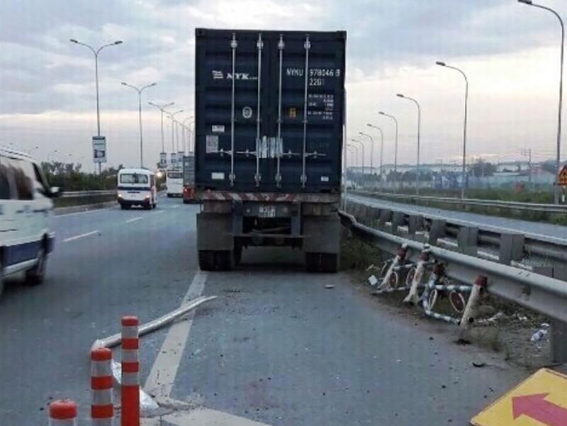 Container lao vào... đường xe máy trên cao tốc ở TP.HCM - ảnh 1