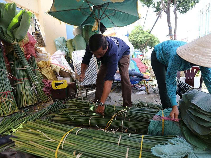 Chợ lá dong ngày Tết ven đường ở TP.HCM - ảnh 4