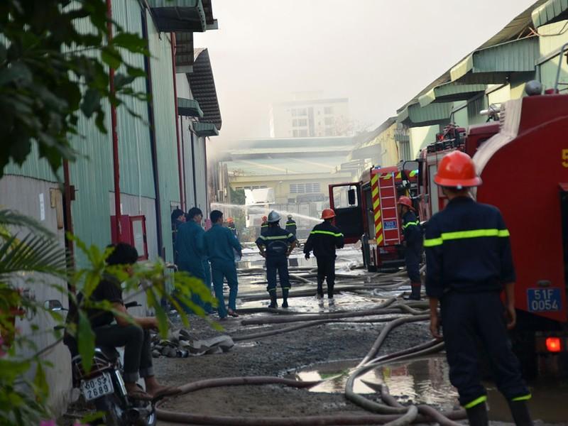 TP.HCM: Cháy nổ kho hóa chất hàng trăm mét vuông - ảnh 5