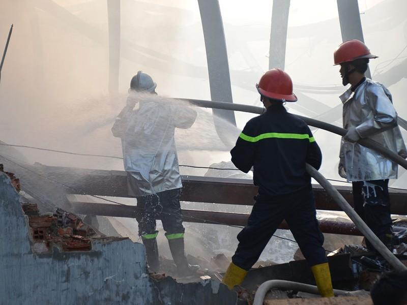 TP.HCM: Cháy nổ kho hóa chất hàng trăm mét vuông - ảnh 6