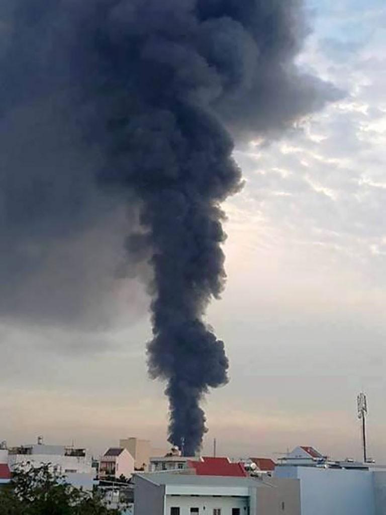TP.HCM: Cháy nổ kho hóa chất hàng trăm mét vuông - ảnh 1