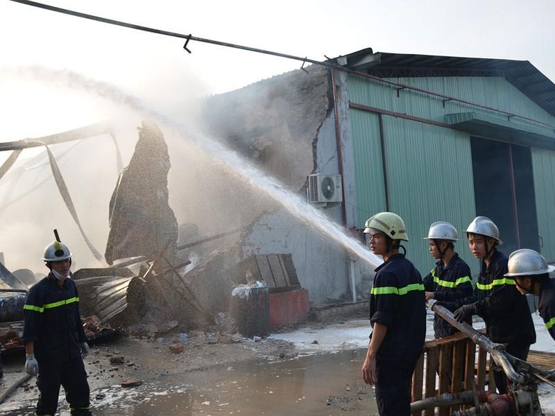 TP.HCM: Cháy nổ kho hóa chất hàng trăm mét vuông - ảnh 3