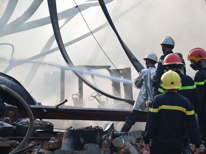TP.HCM: Cháy nổ kho hóa chất hàng trăm mét vuông - ảnh 4