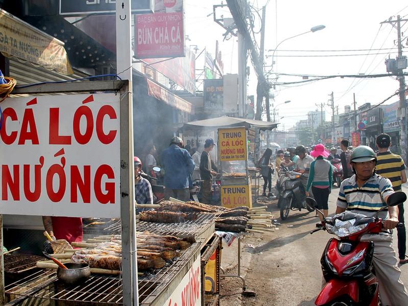 Phố cá lóc nướng ở Sài Gòn trúng lớn ngày vía Thần tài - ảnh 1