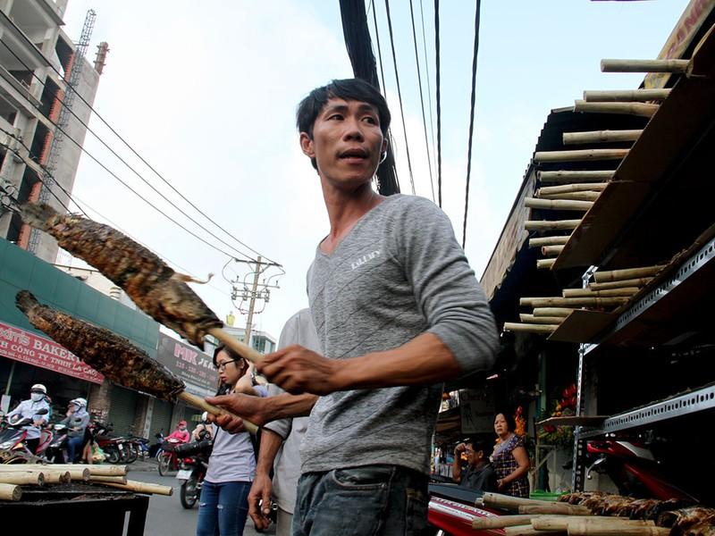 Phố cá lóc nướng ở Sài Gòn trúng lớn ngày vía Thần tài - ảnh 11