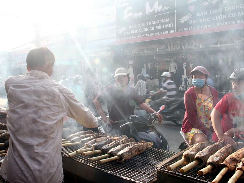 Phố cá lóc nướng ở Sài Gòn trúng lớn ngày vía Thần tài - ảnh 14