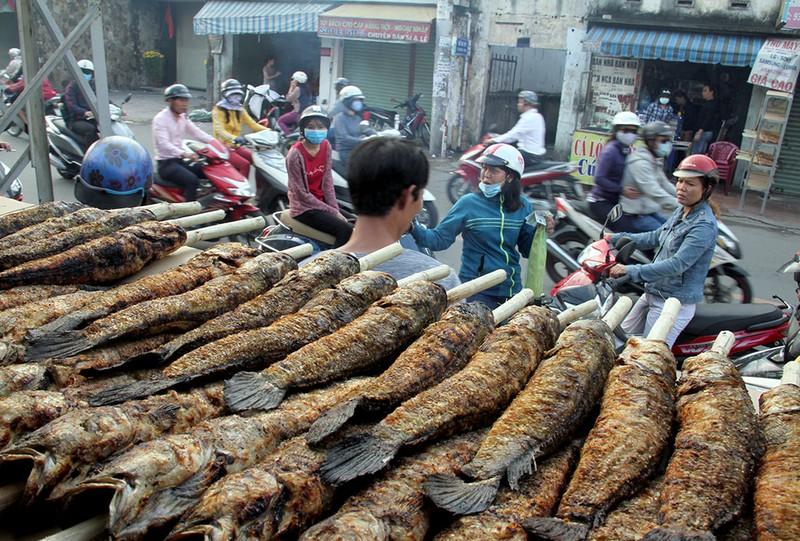 Phố cá lóc nướng ở Sài Gòn trúng lớn ngày vía Thần tài - ảnh 4