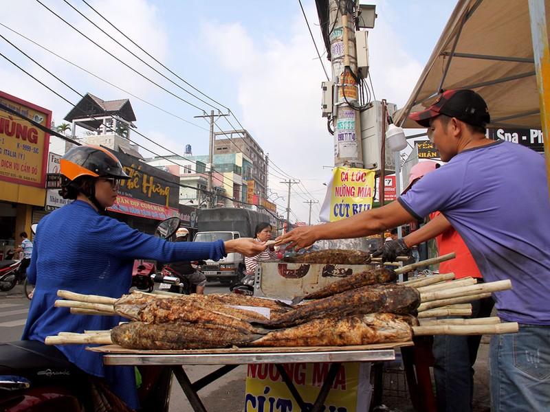 Phố cá lóc nướng ở Sài Gòn trúng lớn ngày vía Thần tài - ảnh 6