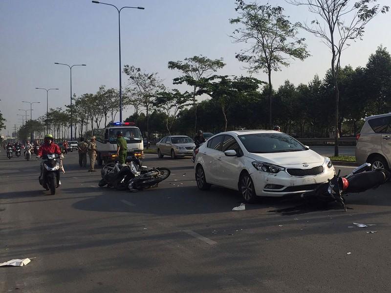 Nữ tài xế lái ô tô tông hàng loạt xe máy - ảnh 1