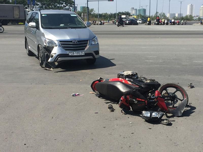 Va quẹt ô tô, vợ và em gái bị nạn trên đại lộ - ảnh 2