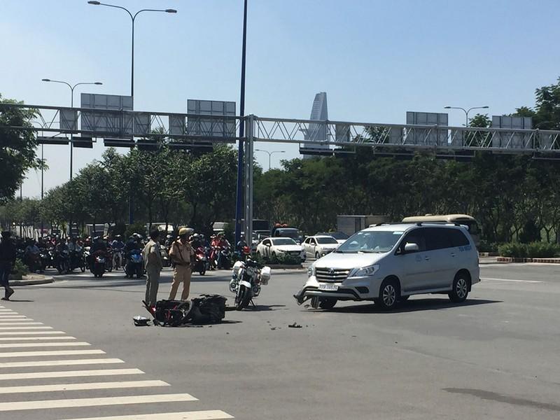 Va quẹt ô tô, vợ và em gái bị nạn trên đại lộ - ảnh 1