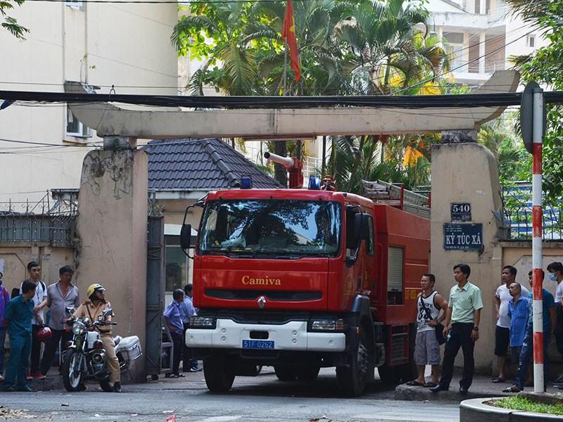 Nhà xe ký túc xá ĐH Y Dược cháy, 10 xe máy bị thiêu rụi - ảnh 2