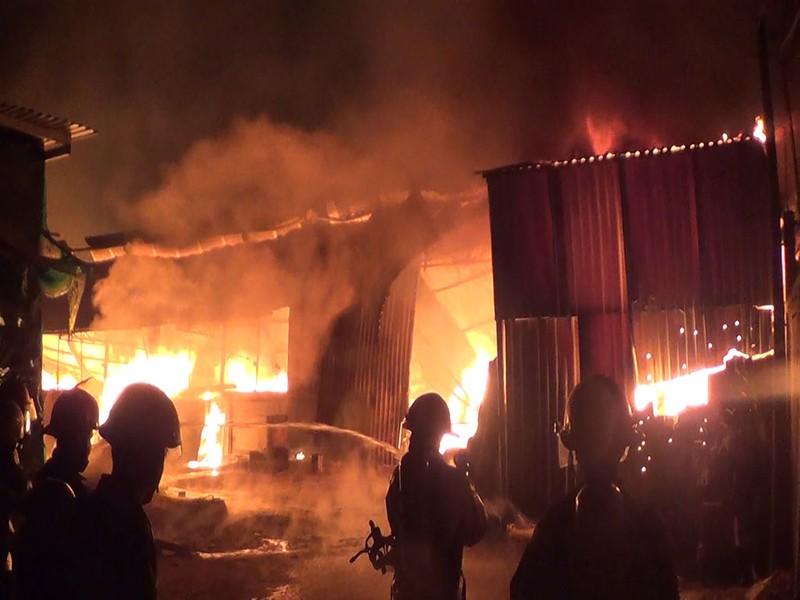 Xưởng mộc ở Hóc Môn bốc cháy dữ dội - ảnh 1
