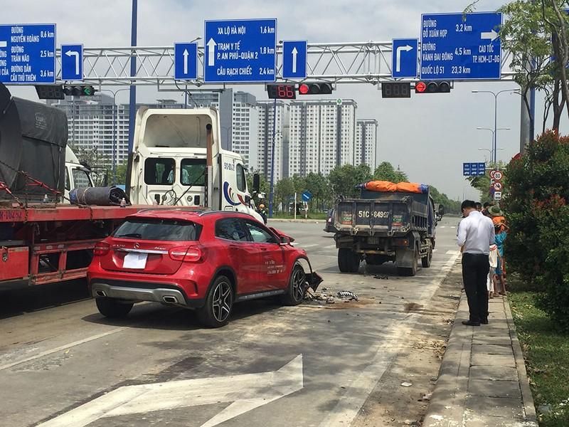 Mercedes bật ngược sau cú tông đuôi xe tải  - ảnh 1