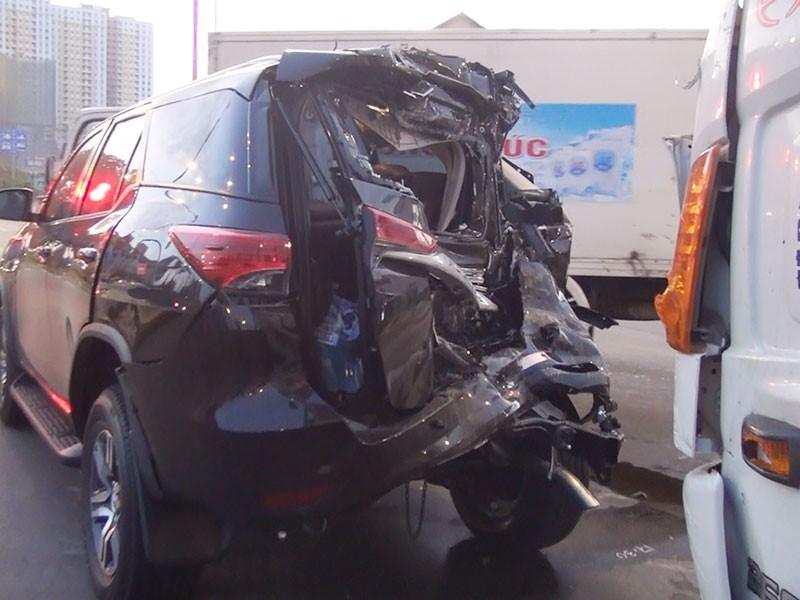 Xe tải tông thẳng ô tô dừng đèn đỏ, 2 người đi cấp cứu - ảnh 1