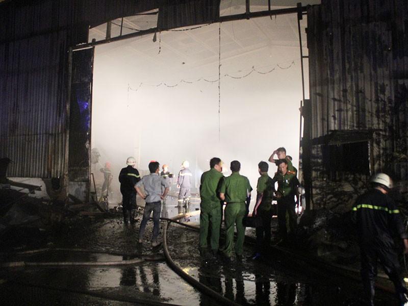 Cháy dữ dội nhà xưởng 1000 m2 - ảnh 1