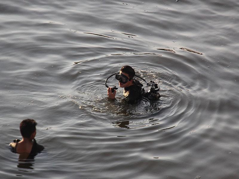 Tông vào thành cầu, 2 thanh niên rơi xuống kênh Tàu Hủ - ảnh 2