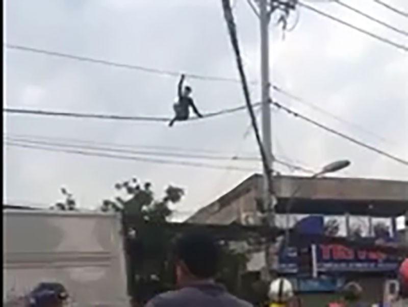 Cả chục cảnh sát giải cứu kẻ ngáo đá đu dây điện - ảnh 1