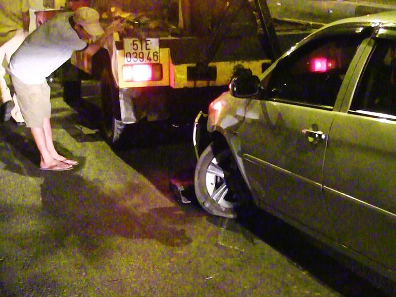 Container húc đuôi ô tô, 4 người trong xe hoảng loạn - ảnh 2