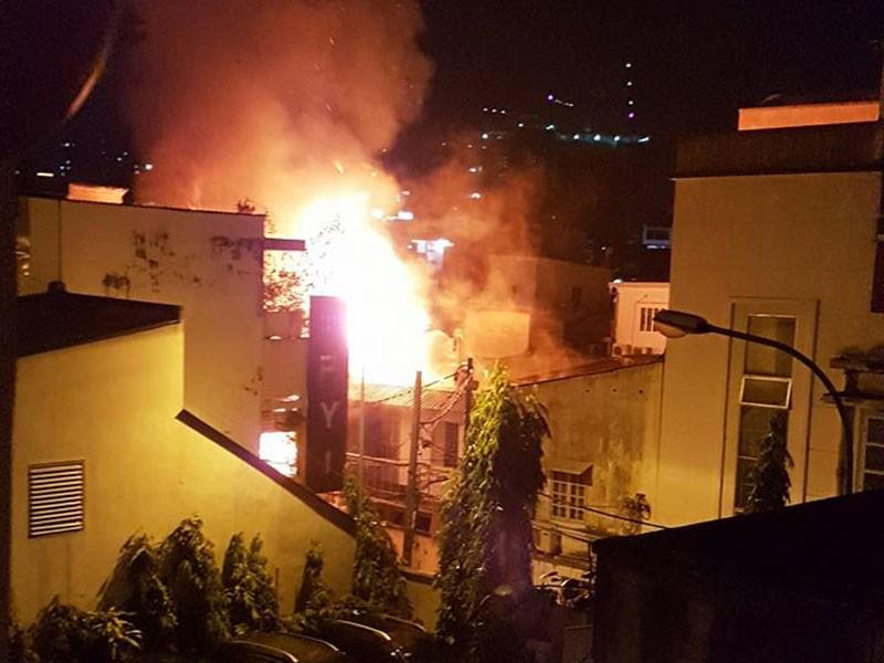 Cháy nổ ở khu Mả Lạng, 3 ngôi nhà bị thiêu - ảnh 1