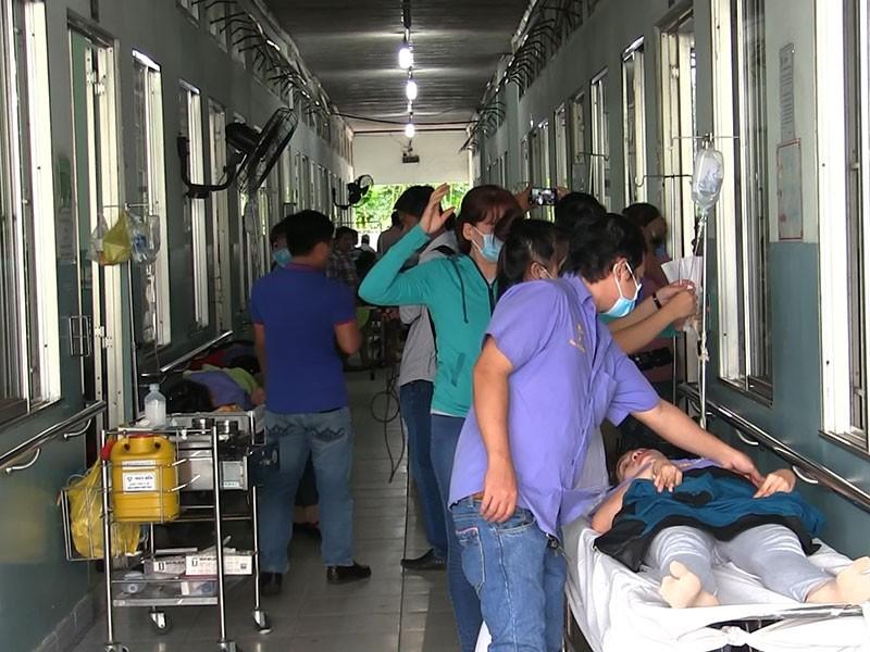 Hàng chục công nhân đang làm việc bỗng nhiên ngất xỉu vào sáng ngày 15-5.