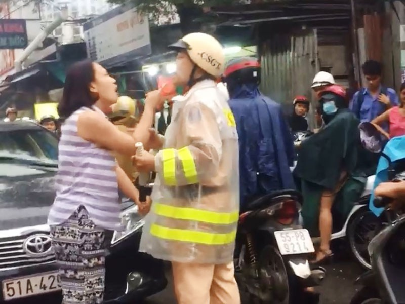Công an làm việc với người phụ nữ đánh, lăng mạ CSGT  - ảnh 2