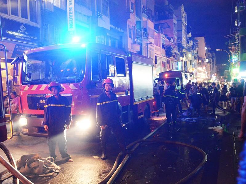Cháy nhà ở trung tâm quận 1, du khách hoảng hốt bỏ chạy - ảnh 2