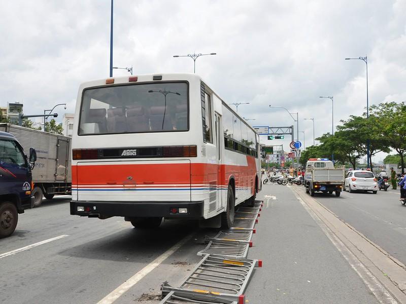 Chiếc xe khách tông văng nhiều mét dải phân cách trước khi húc ô tô tải gây nên vụ va chạm liên hoàn.