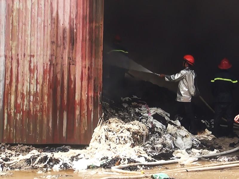 Lửa thiêu rụi cơ sở vải vụn ở quận Bình Tân - ảnh 3