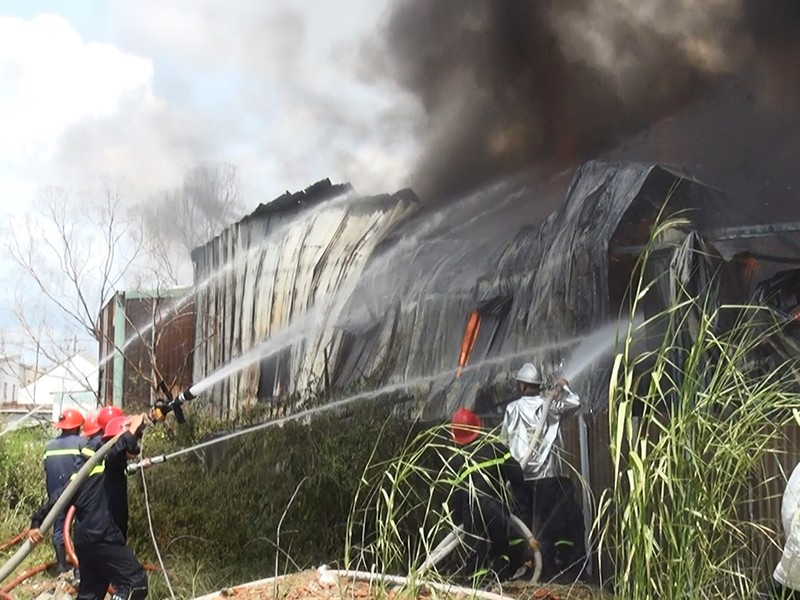 Lửa thiêu rụi cơ sở vải vụn ở quận Bình Tân - ảnh 1