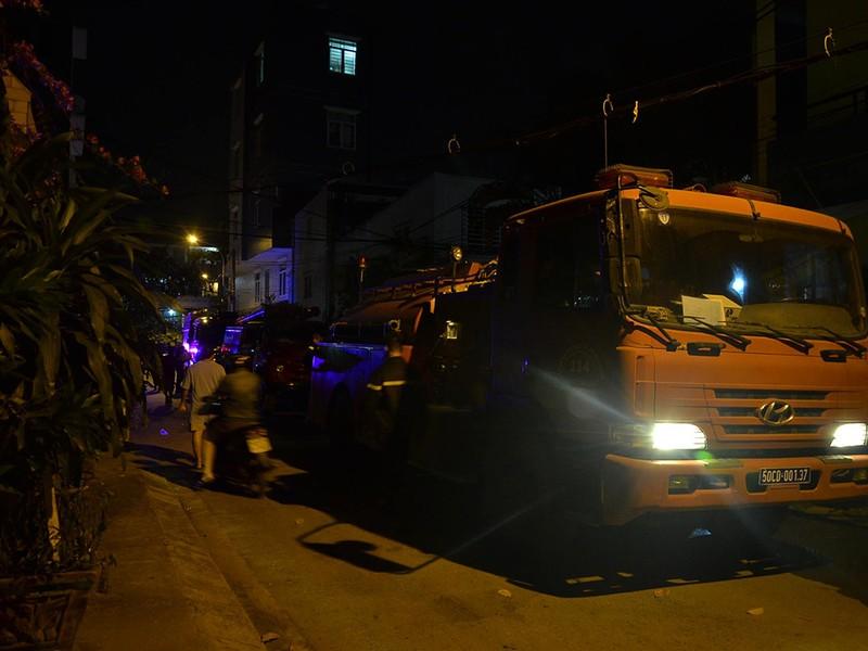 8 người mắc kẹt trong đám cháy, 2 người thương vong - ảnh 1