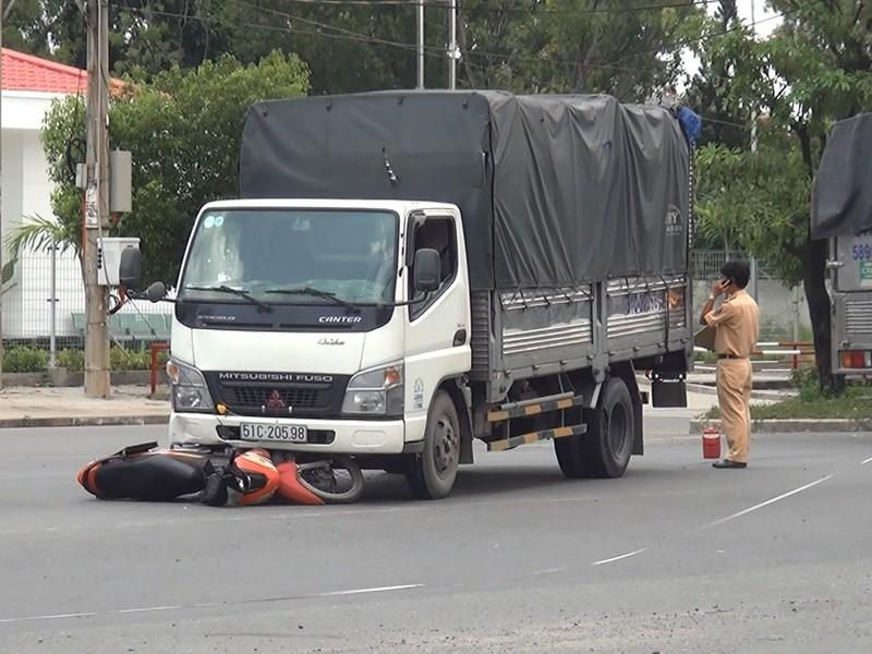 Xe tải tông nữ công nhân nguy kịch - ảnh 1