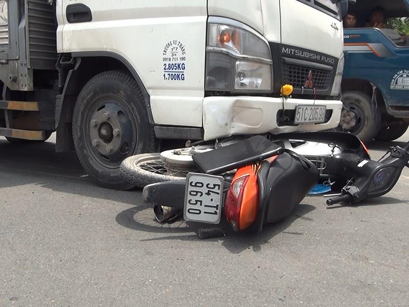 Xe tải tông nữ công nhân nguy kịch - ảnh 2