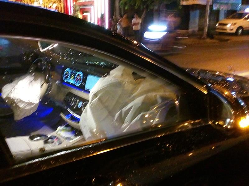 Mercedes tiền tỉ hất văng 1 thanh niên, tông ô tô 7 chỗ - ảnh 2