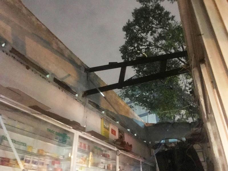 Cây ngã đổ, nhà tốc mái trong cơn giông ở TP.HCM - ảnh 2