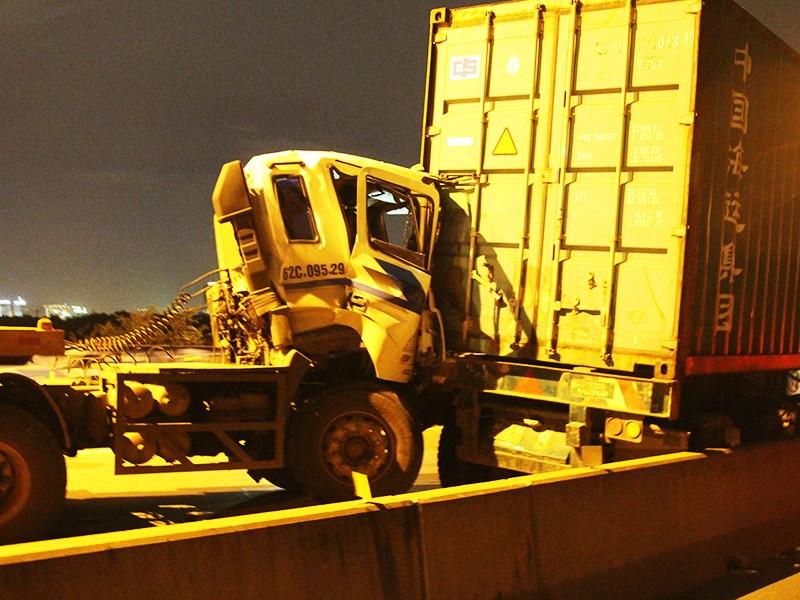 Tông 3 xe container liên hoàn trên cầu Phú Mỹ - ảnh 1