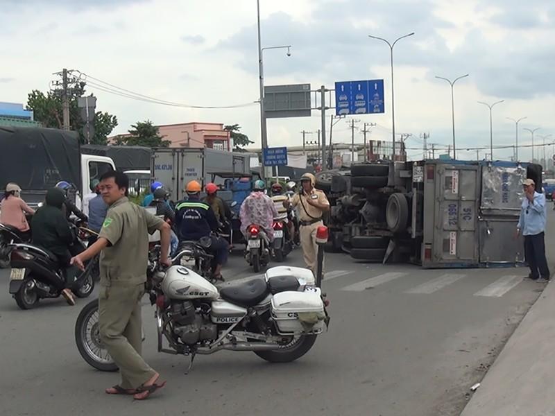 Xe tải bị lật trên quốc lộ 1 A, người dân tháo chạy - ảnh 1