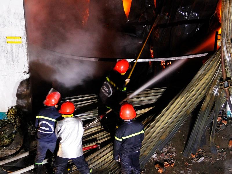 Toàn cảnh vụ cháy dữ dội trong KCN Tân Bình  - ảnh 4