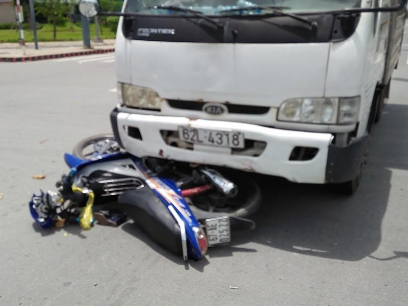 Băng qua giao lộ, người phụ nữ bị xe tải húc văng  - ảnh 1