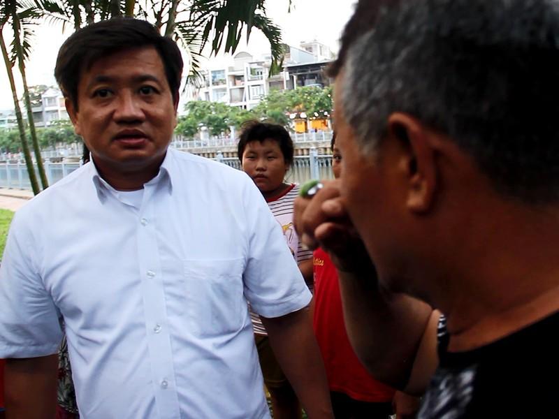 Người đàn ông lái xe ôm quệt nước mắt giải thích việc mình chuẩn bị tiểu bậy. Ảnh Nguyễn Tân.