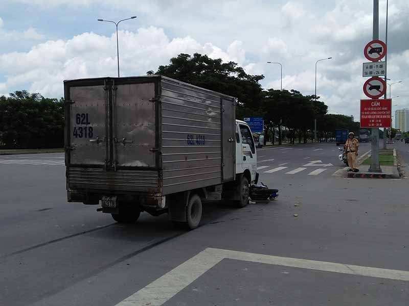Băng qua giao lộ, người phụ nữ bị xe tải húc văng  - ảnh 2