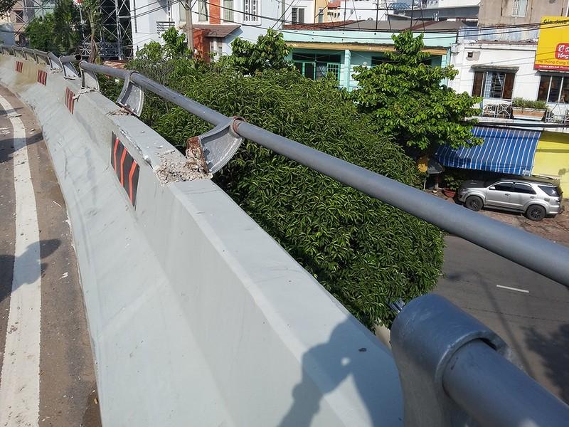 Xe 7 chỗ lộn nhiều vòng trên cầu Nguyễn Hữu Cảnh - ảnh 2