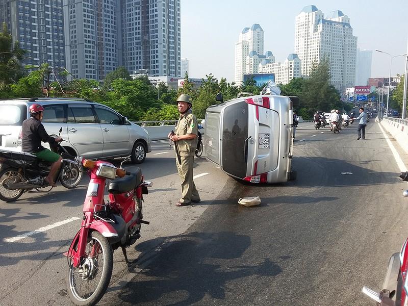 Xe 7 chỗ lộn nhiều vòng trên cầu Nguyễn Hữu Cảnh - ảnh 1