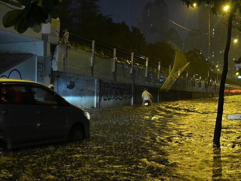 Mưa như trút nước, đường biến thành sông - ảnh 13