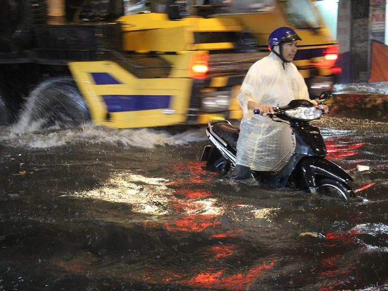 Mưa như trút nước, đường biến thành sông - ảnh 5