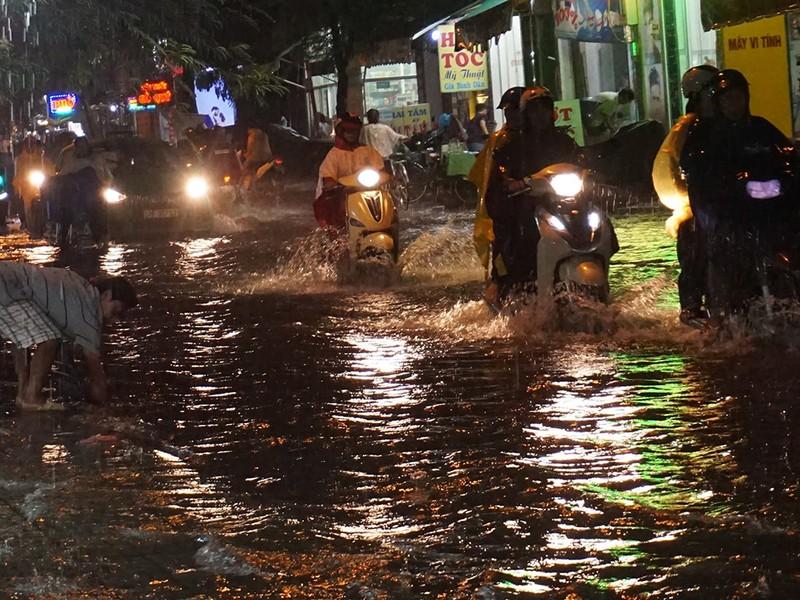 Mưa như trút nước, đường biến thành sông - ảnh 7