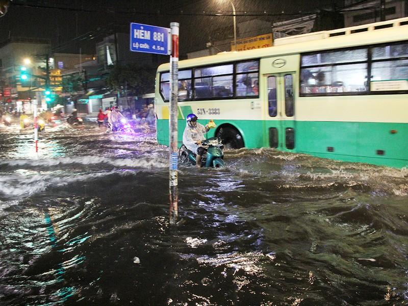 Mưa như trút nước, đường biến thành sông - ảnh 10