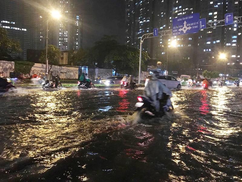 Mưa như trút nước, đường biến thành sông - ảnh 9