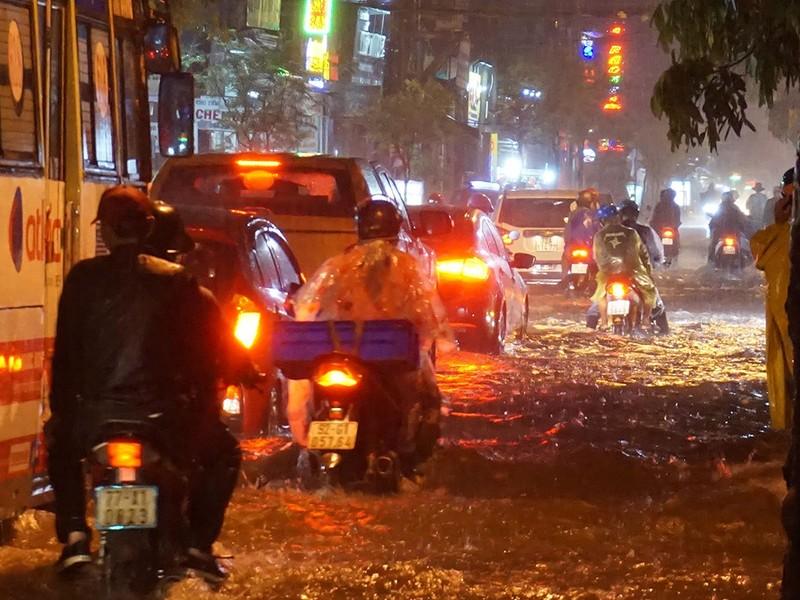 Mưa như trút nước, đường biến thành sông - ảnh 8